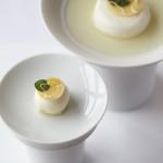 Daniel Budde - Restaurant Tim Raue | Huhn, Ginseng und Zitronengras, souffliertem Eiweiß, Hühner- Fond, Apfel & Shiso-Blättern