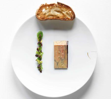 Foie Gras von der Ente, in Cheval Blanc pochiert, Salatsprossen