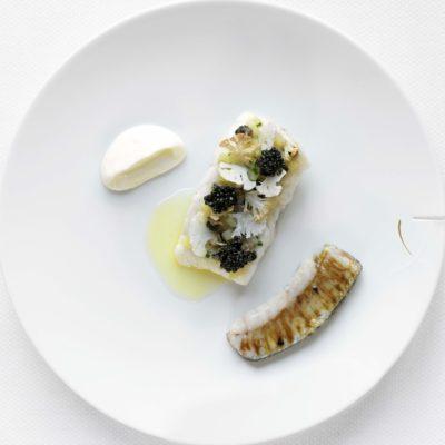 Steinbuttfilet, Flossenfleisch in perliertem Jus, jodierte Würzbeilagen mit Kaviar, Blumenkohl- Mousseline