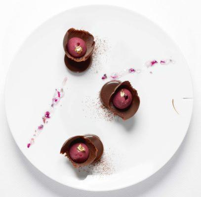 Schokolade mit Cassisfüllung, dunkler Schokoladentaler und Veilchenkonfitüre