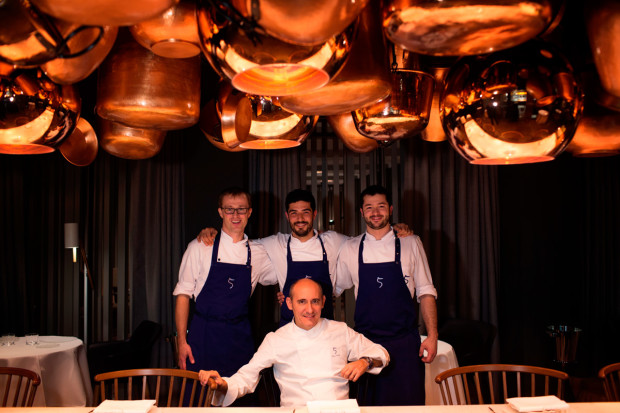 CINCO_Paco-Pérez-with-his-Berlin-kitchen-chefs-Andreas-Rehberger,-Monty-Agulio-Wray-und-Pato-Zucarini-qwb