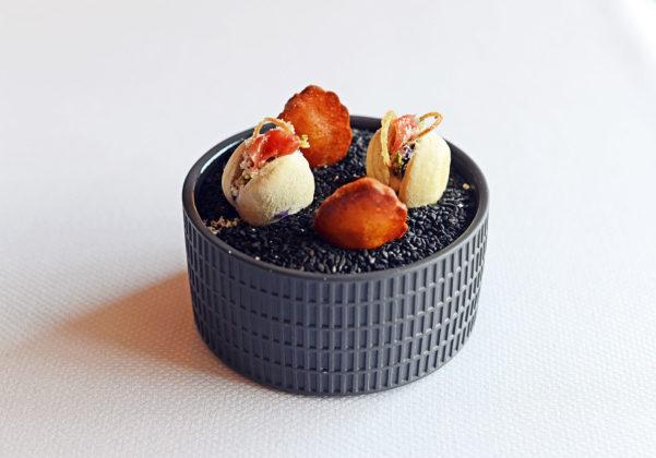 Hier werden die Parmesankrapfen als Bestandteil des Amus Bouches in Madleineform und zusammen mit Gemüsetaschen gereicht