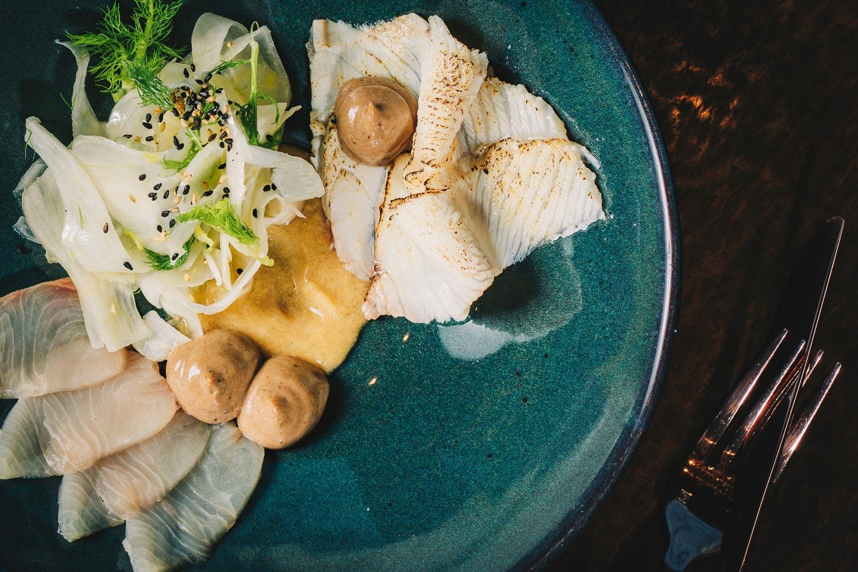 Hamachi, roh und geflämmt, mit zweilerlei Knoblauchcreme und marinierten Fenchel