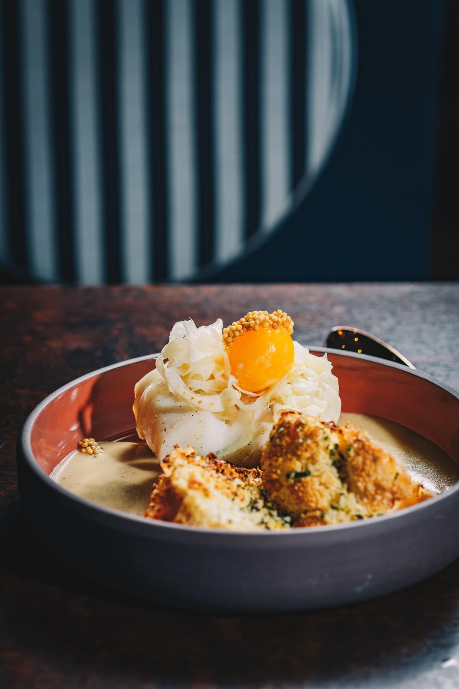 Gedämpfter Skrei mit Onsen Ei in Senfsauce, marinierter Fenchel und gratiniertem Blumenkohl