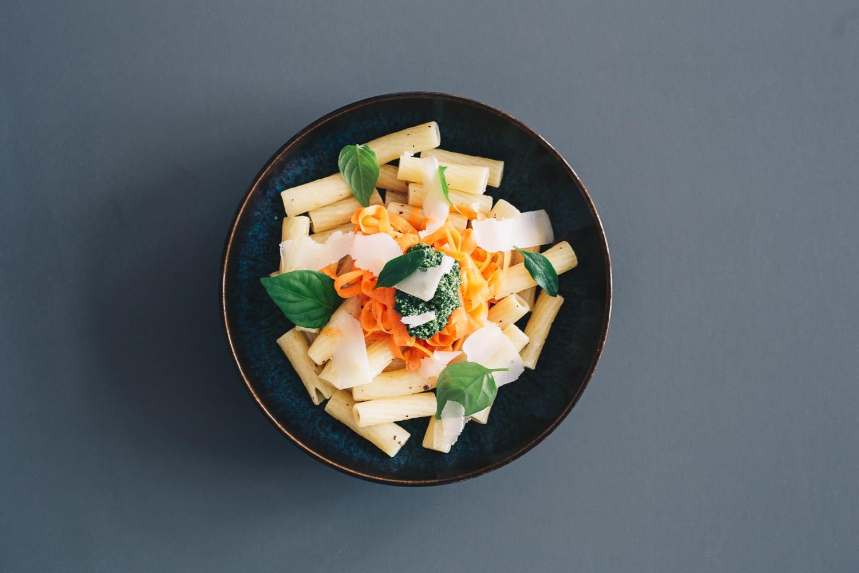 Tortiglioni mit Karottennudeln, Karotten- Bärlauchpesto und Wasabicrunch