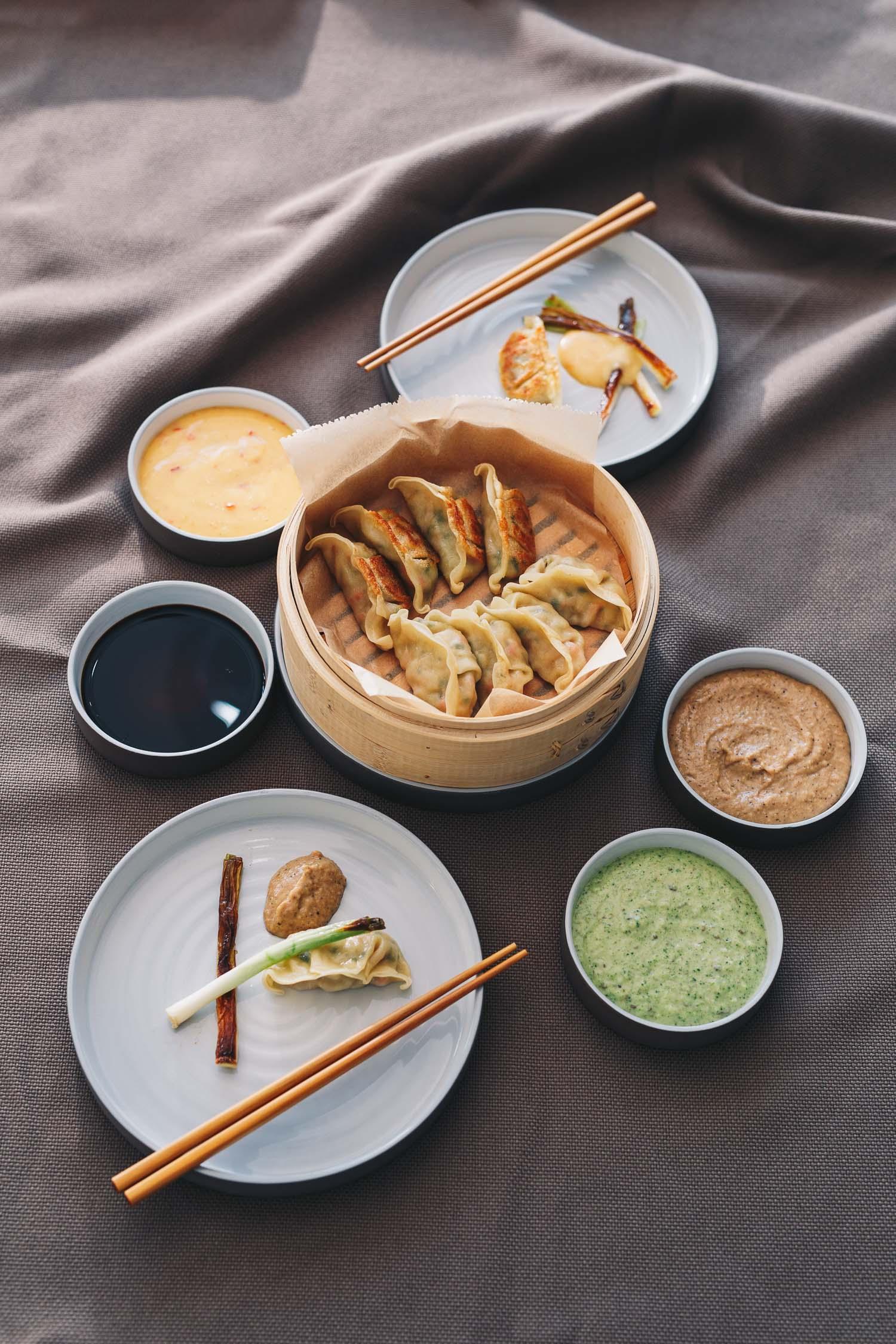 Gefüllte Dumplings mit drei verschiedenen Dips