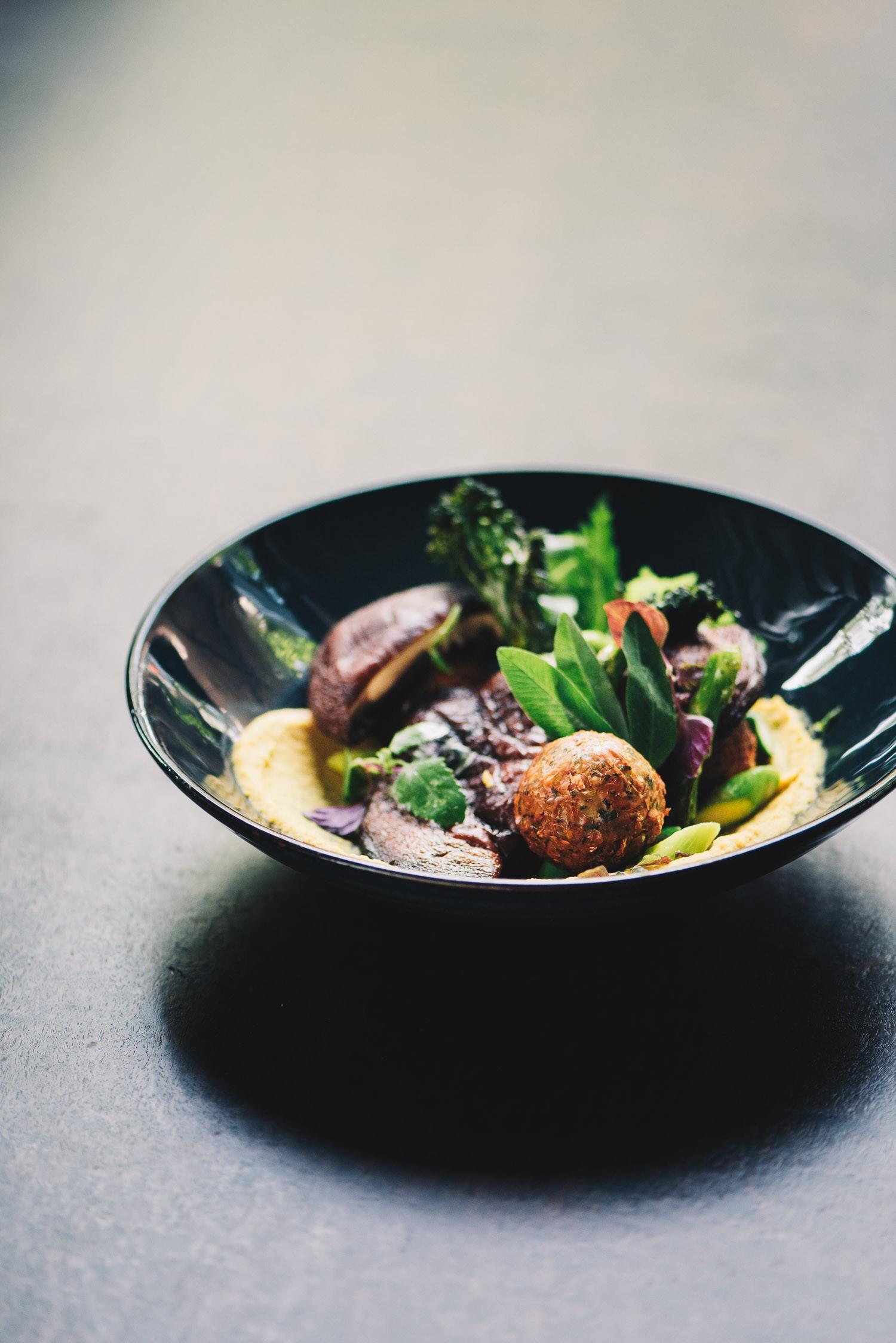 Falafel mit Portobello, Hummuscreme, Wildem Brokkoli, Grünem Spargel und Wildkräuter mit Tahinidressing
