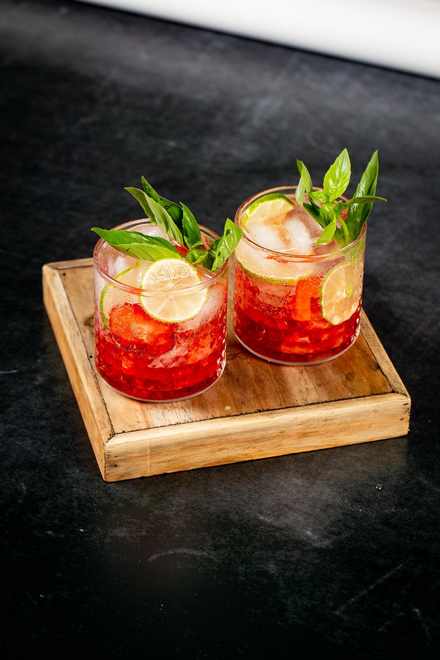 Erdbeer- Smash mit Holunderblüte und Limette